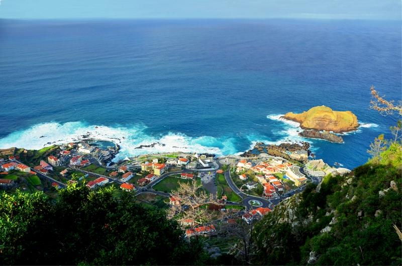 Malebná vesnička Porto Moniz s lávovými bazény